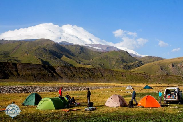 Лагерь. Хорошо заметна облачная шапка (метель) на Эльбрусе