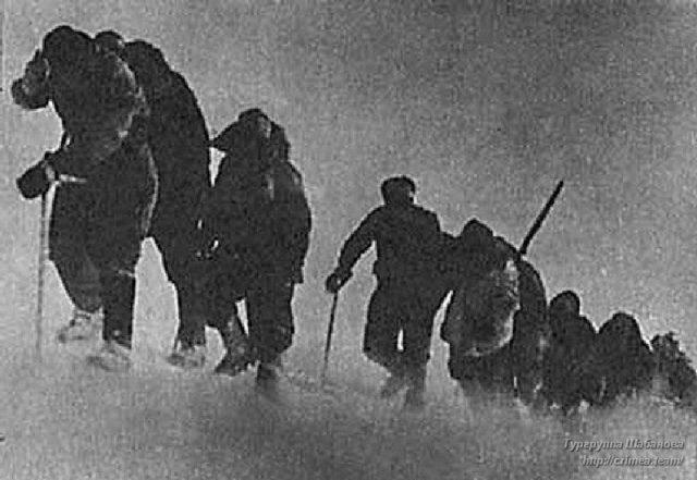 Группа Гусева штурмует Эльбрус (1943 г.), чтобы сбросить нацистские знамёна