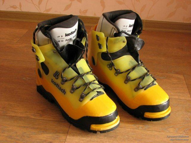 Пластиковые ботинки Koflach или «Кофлачи». Масса около 2,5-3 кг за пару ботинок