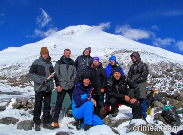 После успешного восхождения. Наша группа позирует на фоне Эльбруса