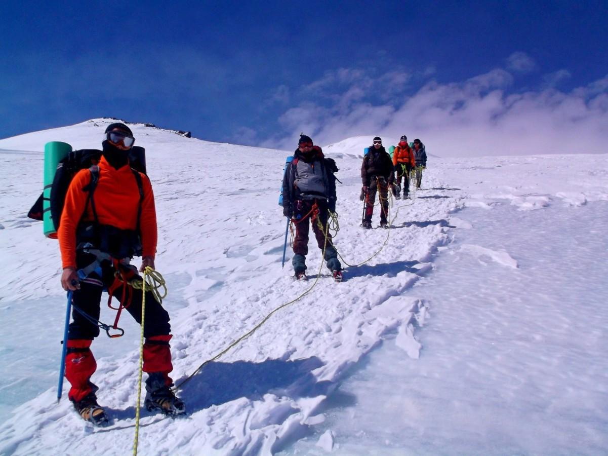 Альпинисты связывают себя верёвкой, чтобы самый умный из них не сбежал