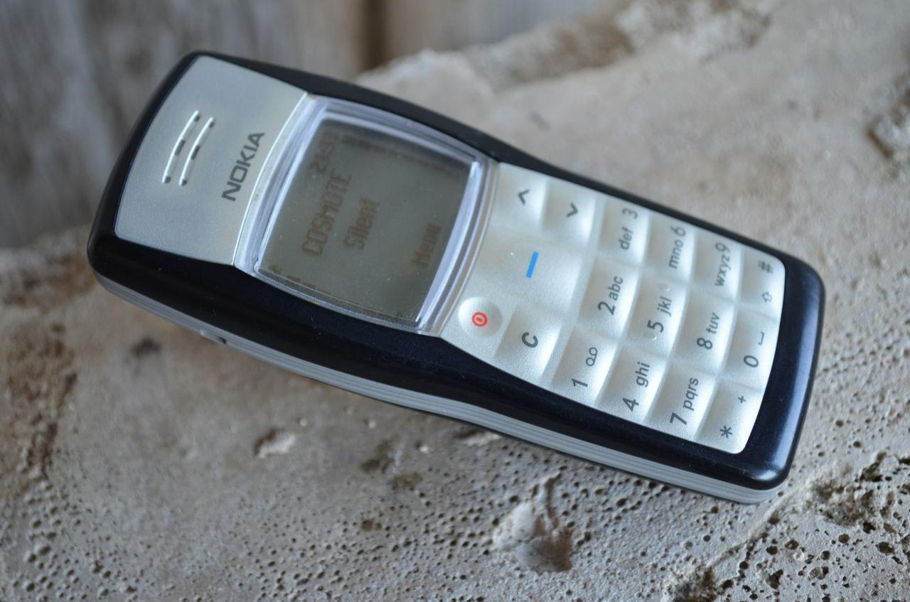 Вечная классика – Nokia 1100 с фонариком. Жаль, что у него нет micro-USB